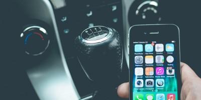 Jak na telefonování v autě, když v něm ještě nemáte Bluetooth?